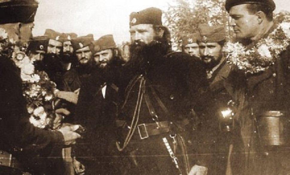 Пуковник Алберт Сајц предаје свој колт команданту Горске гарде Николи Калабићу