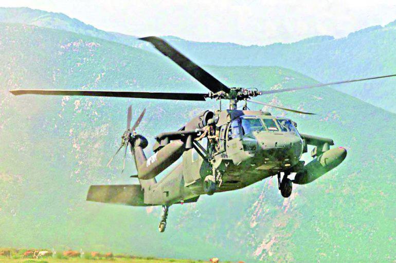 НАТО хеликоптер црни соко патролира планином јужно од косовског пограничног подручја у близини Кукеса, Албанија, 24. мај 1999., Фото: republika.rs